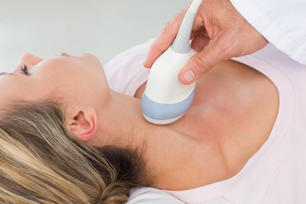 Исследование датчиком области шеи при УЗИ щитовидной железы