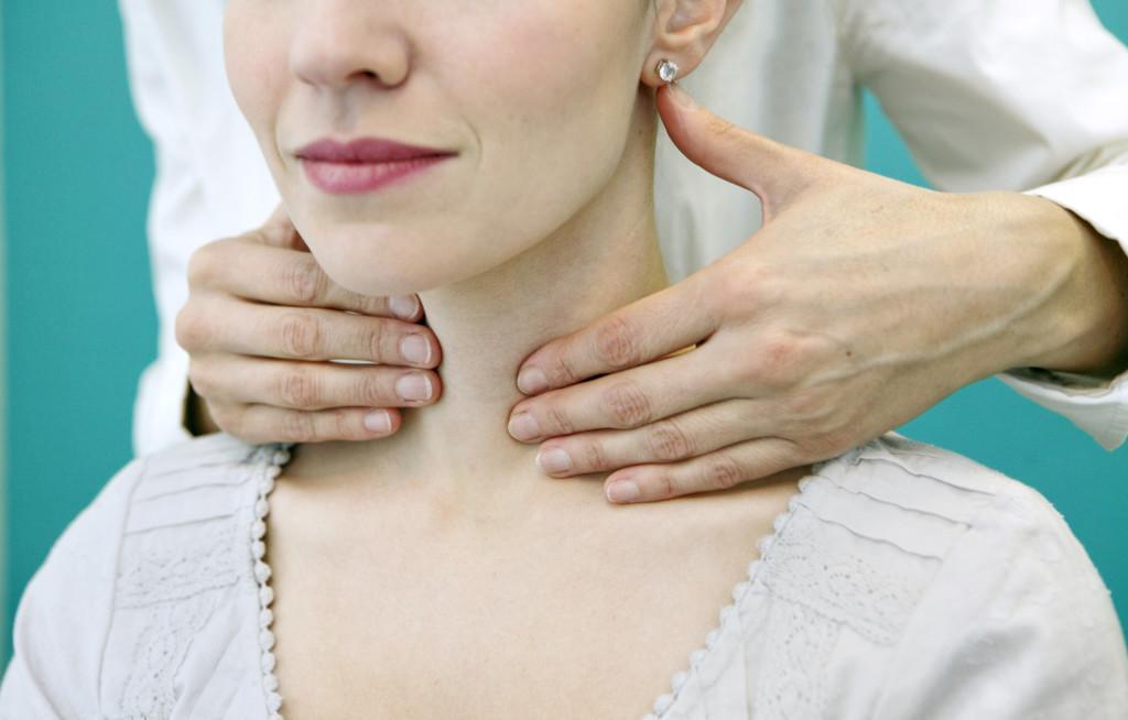 Ощупывание врачом области шеи пациента