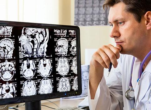 врач анализирует результаты ЭхоЭС