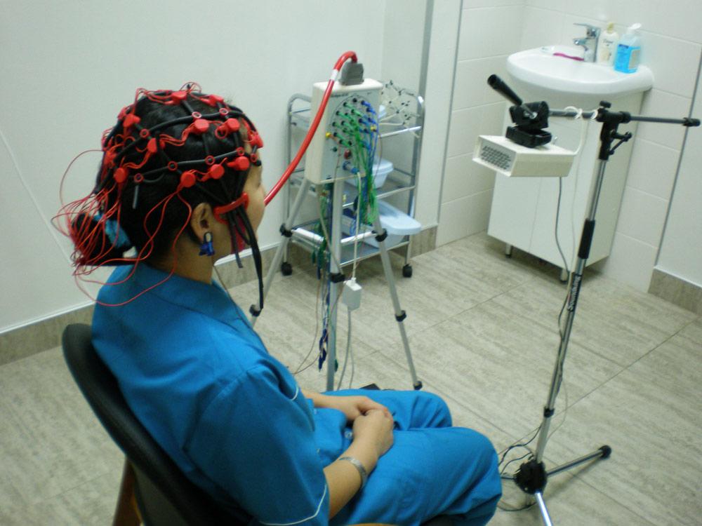 Проведение процндуры эхоэнцефалографии у девушки