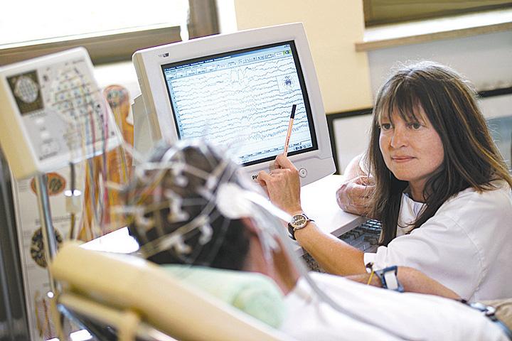 Проведение эхоэнцефалографии у мужчины