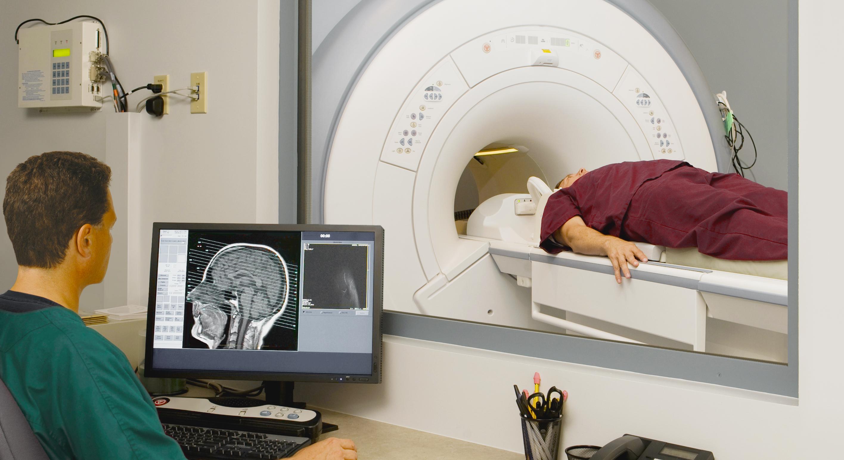 Проведение процедуры МРТ головного мозга мужчине