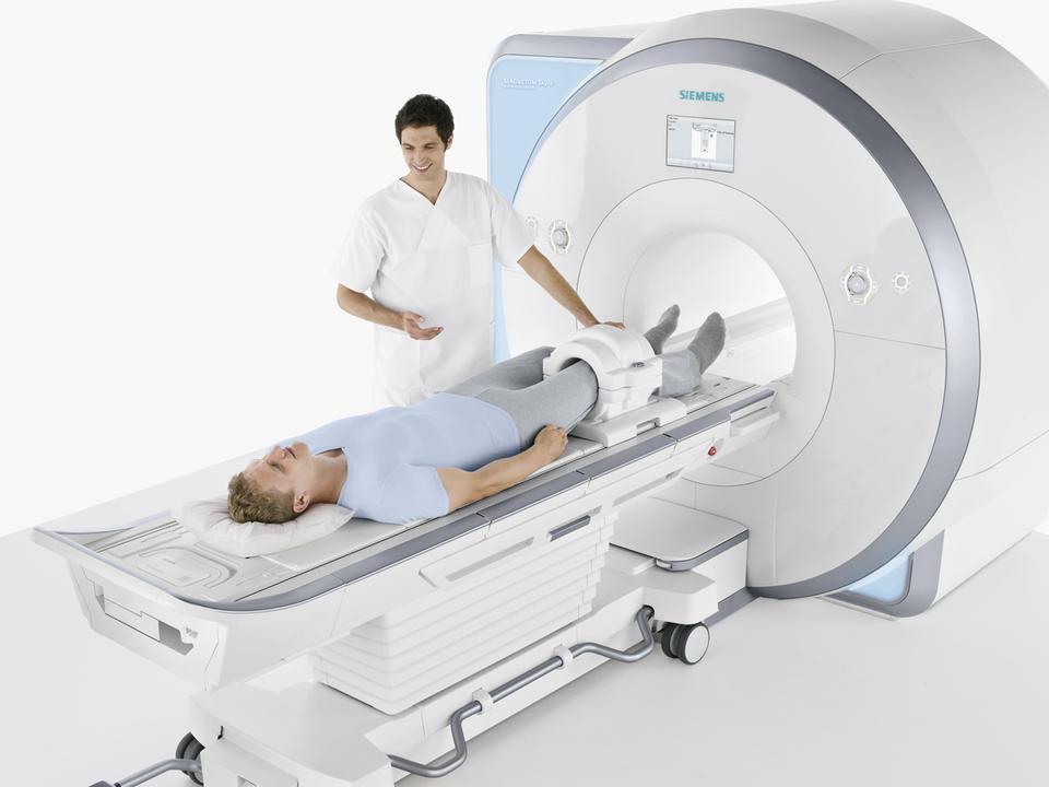 Специалистом проводится процедура магнитно-резонансной томографии колена