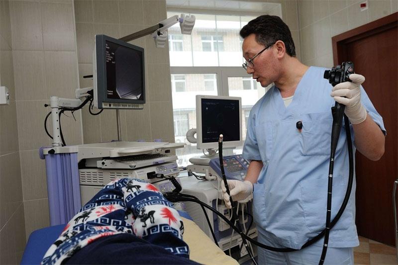 врач проводит УЗИ щитовидной железы с помощью эндоскопа